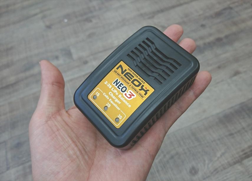手の平の上のLiPo充電器NEO3