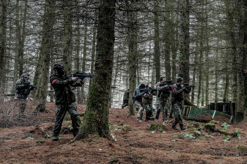 アタッカーとディフェンダー:サバゲーの基本戦術